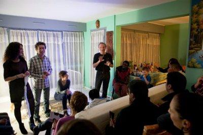 Une vingtaine de personnes assistent au spectacle. Une fois la représentation terminée, ils sont invités à échanger leurs impressions et leurs émotions lors d'un débat Julien Chatelin pour L'Express
