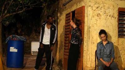 Représentation de « Gentil Petit Chien » aux Récréâtrales, de gauche à droite : le congolais David-Minor Ilunga et les stéphanoises Lou Chrétien-Février et Alicia Devidal. INÈS COVILLE