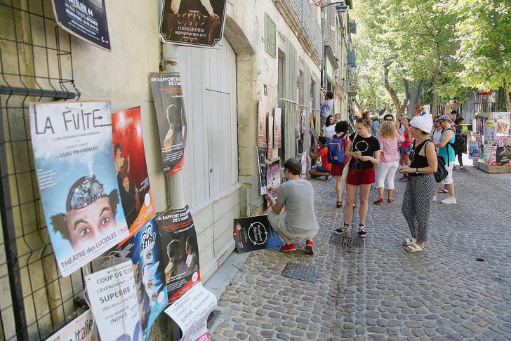 Des compagnies de théâtre du festival «off» accrochent leurs affiches dans Avignon. / Hiely Cyril/photopqr/la provence/max