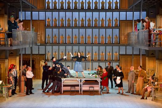 ©S. Brion  au 1er acte : légende 1/ Madame Favart (Marion Lebègue), chœur de l'Opéra de Limoges