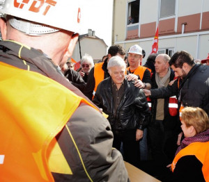Guy Bedos avec les ouvriers d'Arcelor Mital Photo X