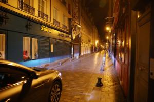 La rue de Lappe près de la Place de la Bastille absolument vide